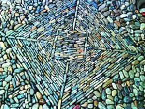 Die Arbeit eines Kollegen von Sikorski, bei der läng‧liche Kiesel stehend und als Rahmen runde Kiesel verwendet wurden.
