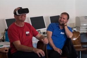 Mit der Virtual Reality Brille wird das digitale Leben dreidimensional: Smartphone einlegen und bei Videos per Augensteuerung mitten im Geschehen sitzen. Das macht nicht nur Jugendlichen Spaß. Stephan Arnold (rechts) setzt sich im Herbst mit seinen Ausbildern und Azubis zusammen und bespricht, welche E-Books, Apps und Software in Zukunft für noch mehr Motivation in der Ausbildung sorgen werden. Fotos: P. Reidel