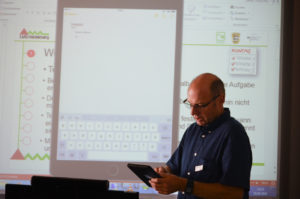 Bernd Hoffstedde sowie das gesamte LVG-Medienkompetenz-Team stehen den Teilnehmern beratend zur Seite. Zudem können über die LVG-Lernplattform Open-OLAT alle aktuellen Materialien und Informationen heruntergeladen und eingesehen werden. Nachlesen, üben, ausprobieren, aber auch der Austausch mit den anderen Teilnehmern ist über OLAT möglich.