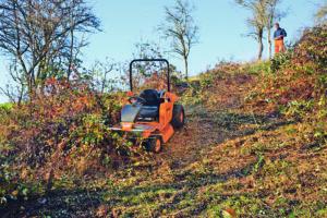 Der Aufsitzmäher AS 940 Sherpa 4WD RC von AS Motor kann auch mit Fernbedienung gesteuert werden. Reichweite bis zu 300 Meter! Werkfoto