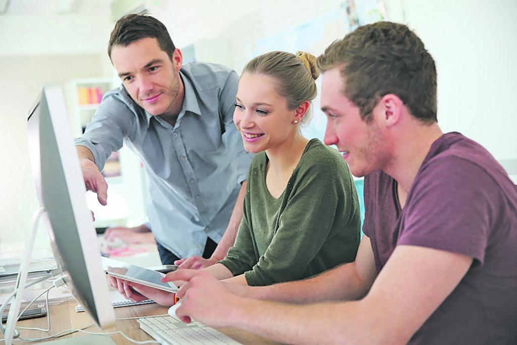 In den kommenden drei Jahren sieht die Mehrzahl der Betriebe unter anderem in der Ausbildung einen weiteren Bedeutungszuwachs digitaler Geräte. Foto: Fotolia