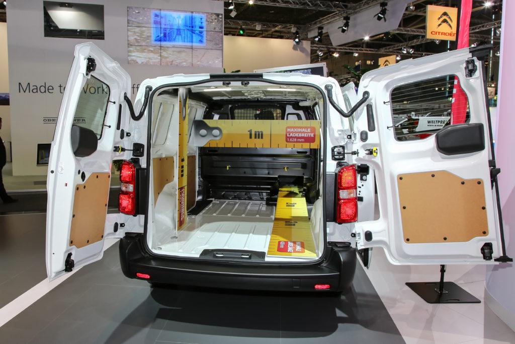 Große Klappe, viel dahinter ... der Citroën Jumpy. Regalsysteme oder Schubladen machen das Fahrzeug zu einer rollenden Werkstatt mit Ersatzteillager.