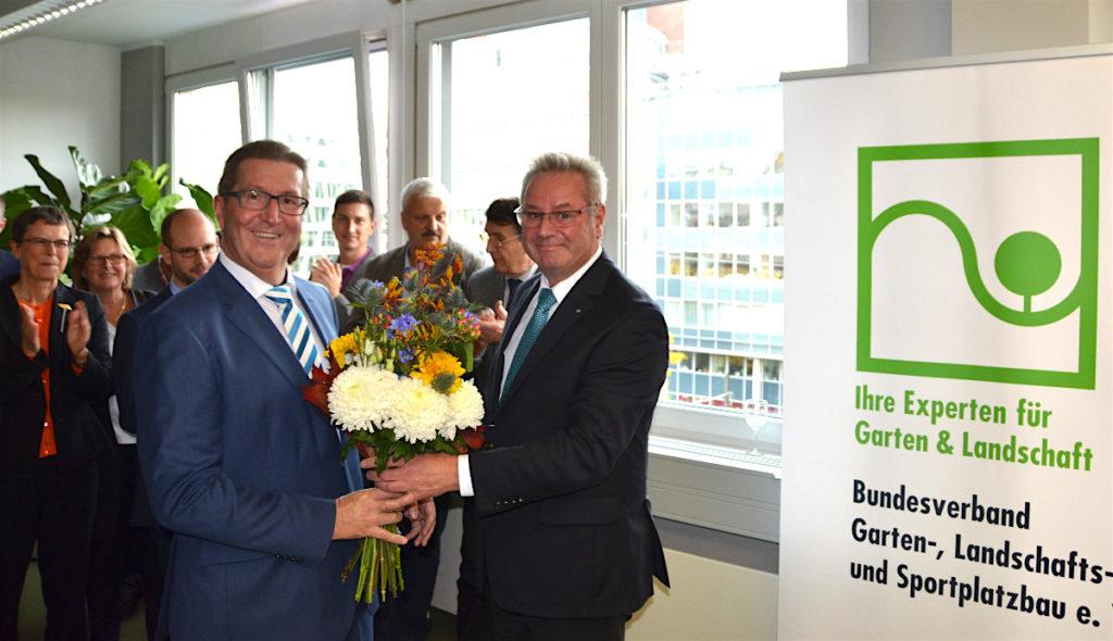 BGL-Präsident August Forster (r.) und der neue BGL-Hauptgeschäftsführer Dr. Robert Kloos bei der offiziellen Eröffnung des Hauptstadtbüros in Berlin. Fotos: BGL