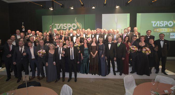 ie Gewinner der TASPO Awards 2016 zusammen mit der Jury und Moderatorin Inka Bause (Mitte). Foto: taspoawards.de/ Andreas Schwarz