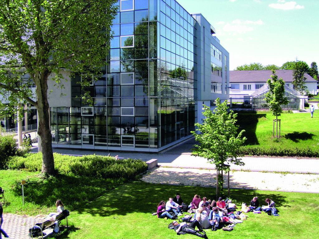 """Viel Grün am """"G-Gebäude"""", das die Naturwissenschaften beherbergt. Fotos: Universität Koblenz-Landau"""