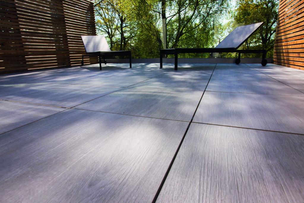 Mit großformatigen Feinsteinzeugplatten sind unzählige Designs möglich. Diese haben die Anmutung einer Holzmaserung. Foto: Grespania