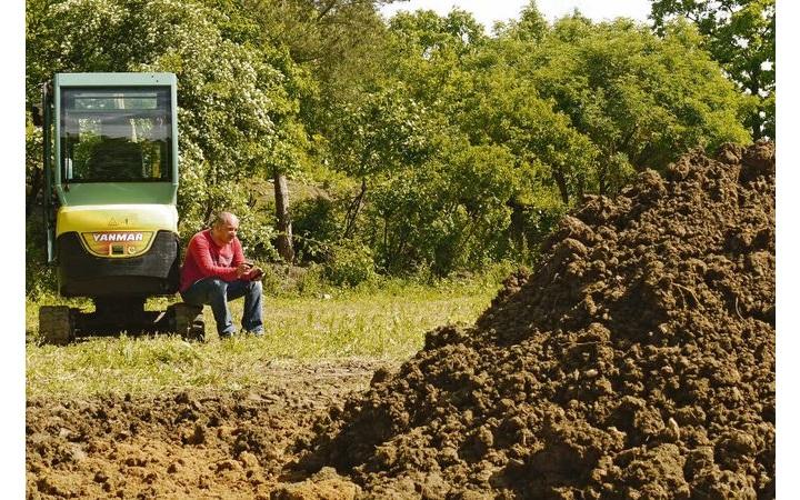 Wohin mit dem ausgehobenen Boden angesichts gestiegener Entsorgungskosten. Foto: Dick/LWG