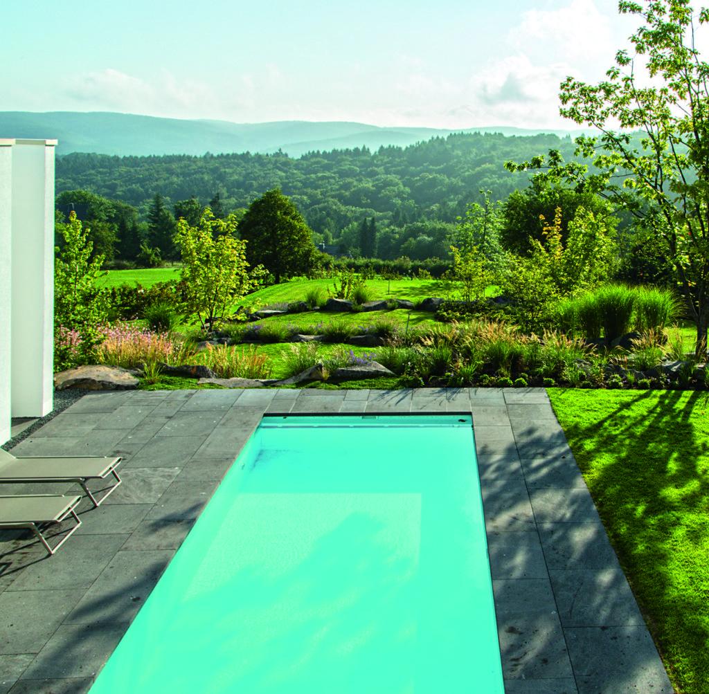 Der Pool verbindet die Weite des Himmels mit der der Landschaft. Foto: Volker Michael