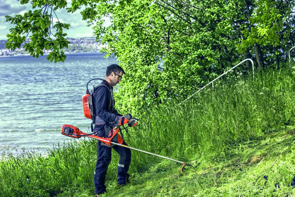 Akku-Freischneider im Einsatz. Foto: Husqvarna